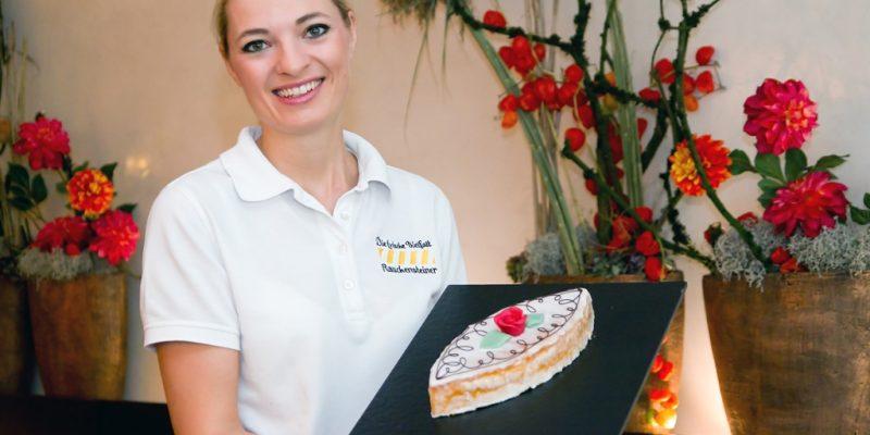 Bäcker- und Konditormeisterin Julia Holzner mit einem Seelenwecken