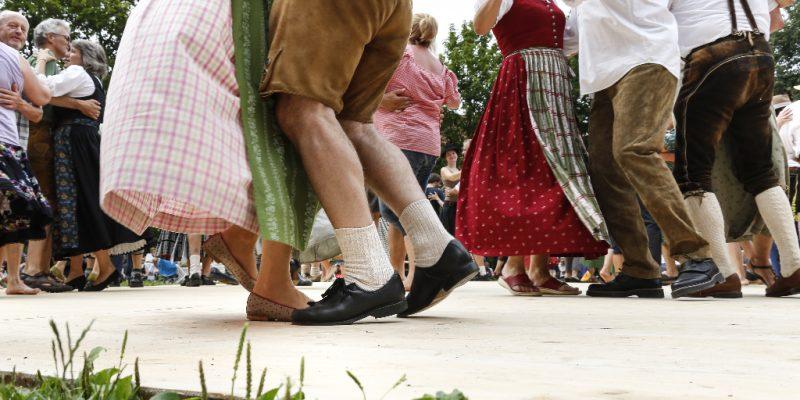 Tanzpaare beim Zwiefachen-Tanzen