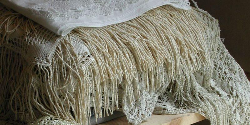 Ein Stapel alter Fransen-Tücher