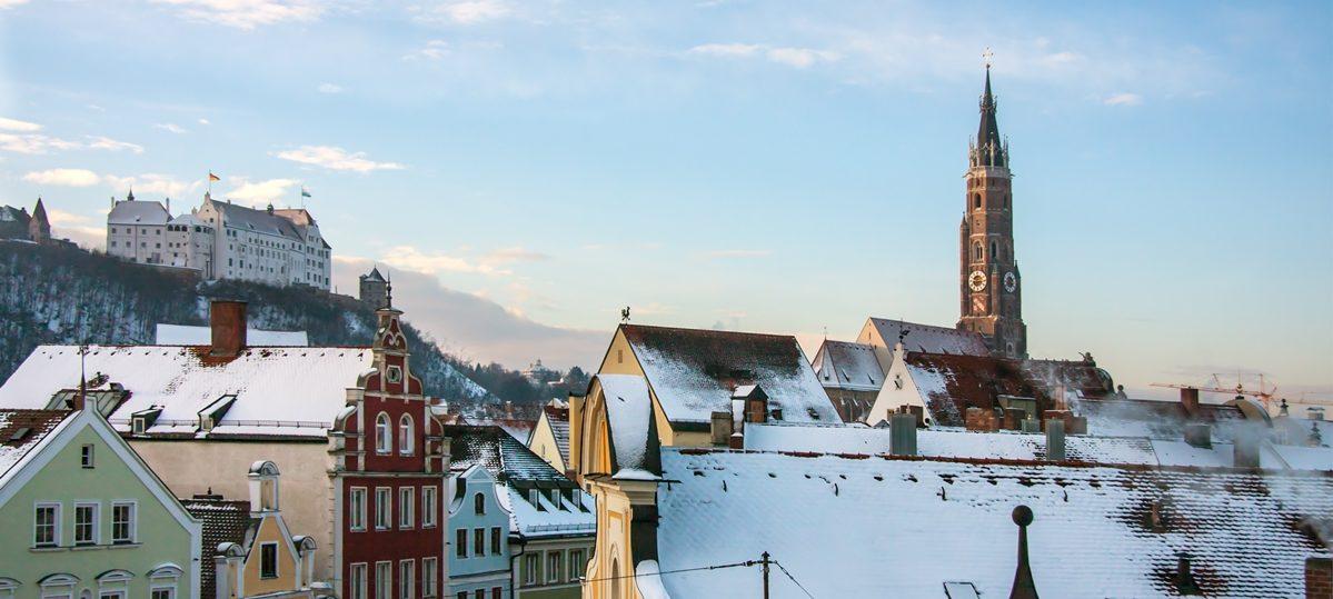 Winterliches Landshut mit Burg Trausnitz und St. Martin