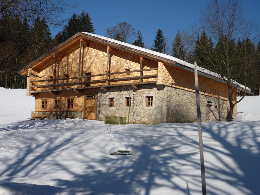 Renoviertes Waldlerhaus im Schnee