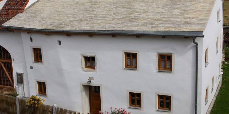 Jurahaus mit Kalkplattenbach in Oberndorf bei Bad Abbach