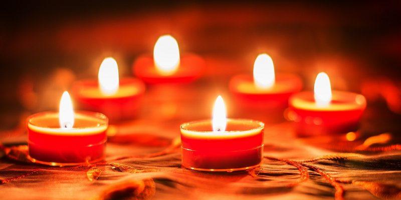 Detailaufnahme leuchtende Kerzen