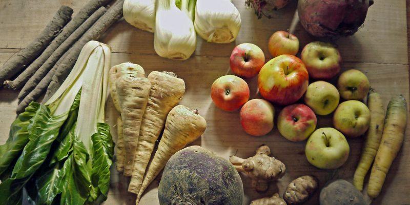 Auswahl an Wurzelgemüse und Obst