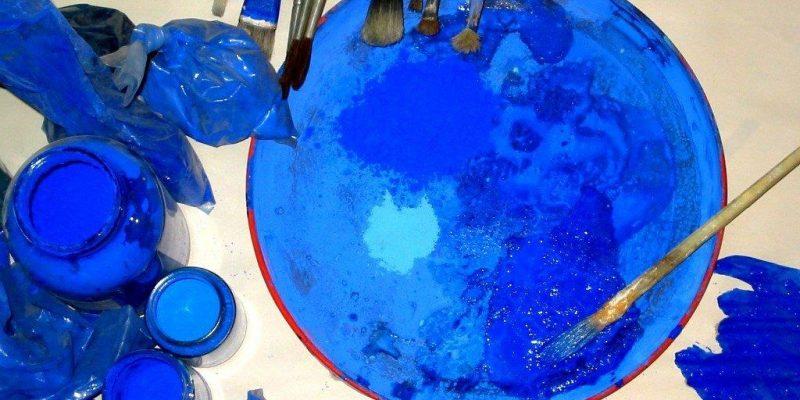 Detailaufnahme einer Farbpalette in verschiedenen Blautönen