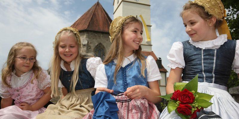 Mädchen mit Kindergoldhauben aus Mittich