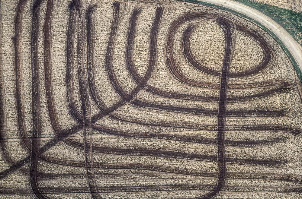 Luftbild von Gülle-Spuren auf einem Feld