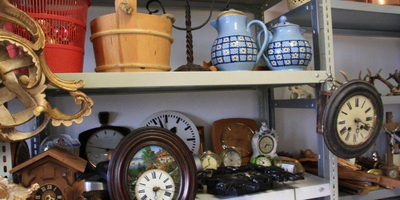 Eine Sammlung von Requisiten wie Uhren, Kannen usw.
