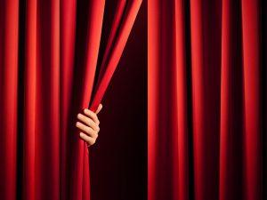 Sich öffnender Theatervorhang