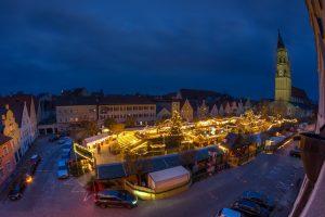 Blick auf den Landshuter Christkindlmarkt bei Nacht