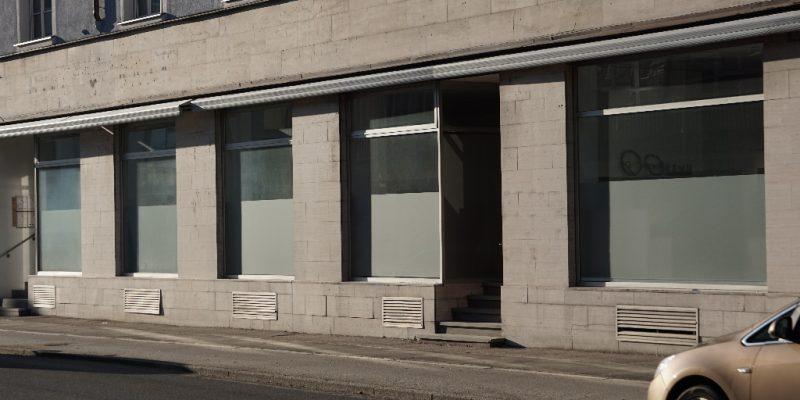 Fensterfront eines leer stehenden Gebäudes