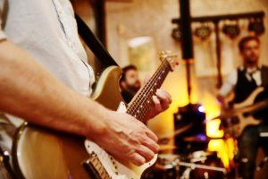 Band mit E-Gitarre