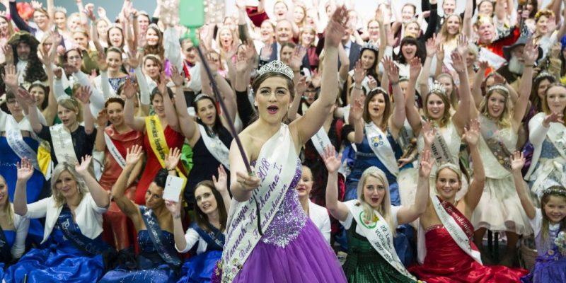 Viele Produktköniginnen auf einem Gruppenbild