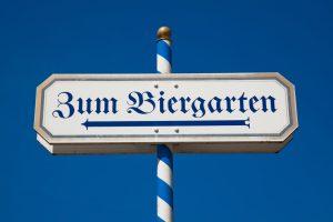 Schild mit der Aufschrift Biergarten