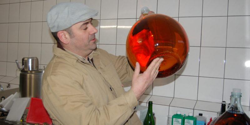Künstler Edgar Stein prüft den Apfelwein